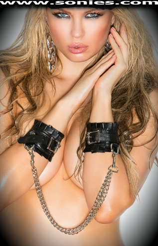 Zackery leather wrist restraints with detachable metal chain