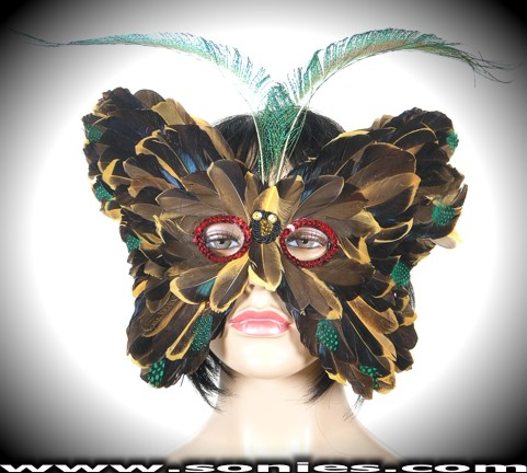 Create an impact in this Victoria Countess Feather Mask